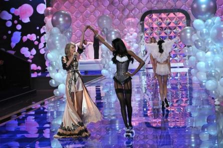 el_desfile_mas_sexy_del_mundo_victorias_secret_show_2014_570780912_1200x800