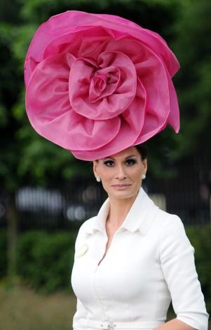 El sombrero decora y enmarca el rostro